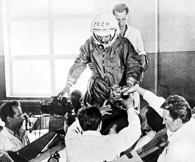 Первые космонавты: примерка костюма Гагариным